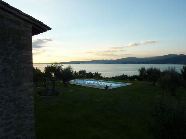 Het meer van Trasimeno bij avond. Umbrië in Italië.