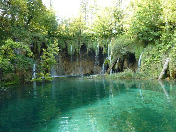 Watervallen en prachtig kleur water in Nationaal Park Plitvicemeren, Kroatië.