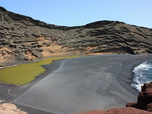 De prachtig gekleurde Lago Verde lagune bij El Golfo, Lanzarote