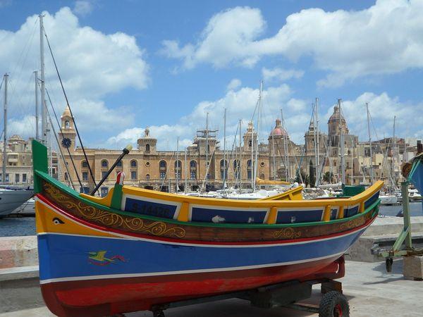 Gekleurde vissersboot in Valletta op Malta.
