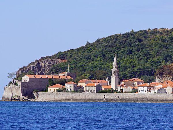 Uitzicht over het water op de oude stad Budva in Montenegro