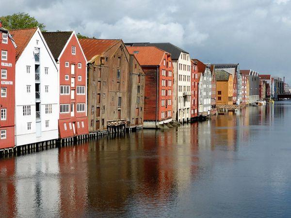 Huizen aan het water in Trondheim, Noorwegen