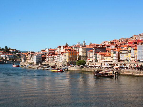 Porto in Portugal gezien vanaf de rivier de Douro.