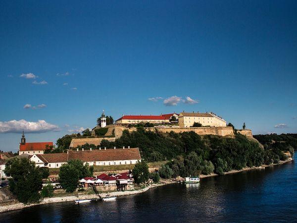 Het Petrovaradin fort aan de Donau in Servië.